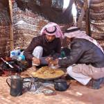 Traditionelles Essen im Beduinencamp