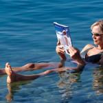 Frau lässt sich auf dem Toten Meer treiben