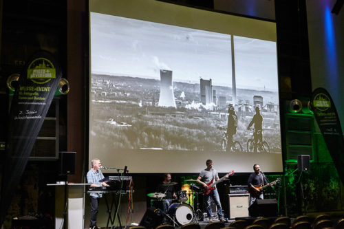 Auftritt der Band The J Conspiracy mit den Bildern des Fotowettbewerbs Heimat (2015) bei der Photo+Adventure 2016, © Photo+Adventure / Tina Umlauf