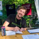 Olaf Schieche beim Signieren beim Sommer-Intermezzo 2020