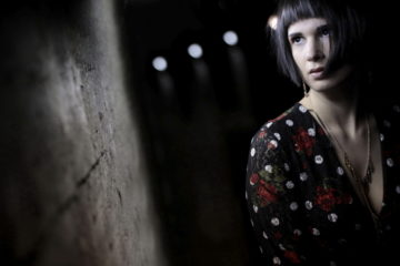 Fotografieren bei schwachem Licht... indoor mit Model, © Paul Leclaire