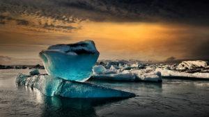 """""""Am Gletschersee"""" - Morgenstimmung am Gletschersee Jökulsarlon in Süden Islands; © Josef Schwarz"""